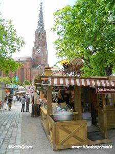 """Monaco, """"Auer Dult"""" (sullo sfondo la neogotica Mariahilf Kirche)"""