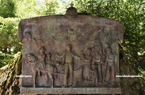 Unterammergau, la stele dedicata a Re Ludwig