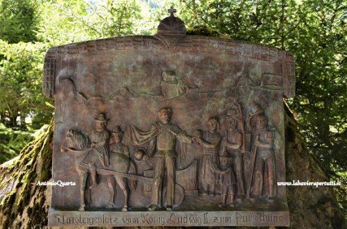 Unterammergau, la stele dedicata a Re Ludwig II